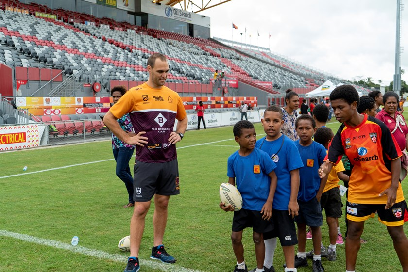 Simon Mannering providing expertise at a junior clinic.