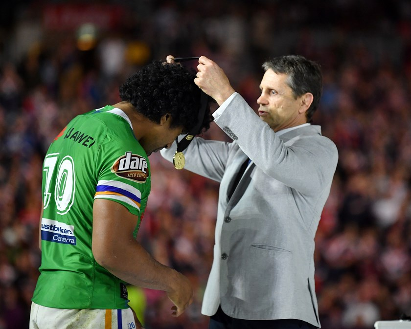 Sia Soliola receives the 2019 Ken Stephen Medal from Wayne Pearce.