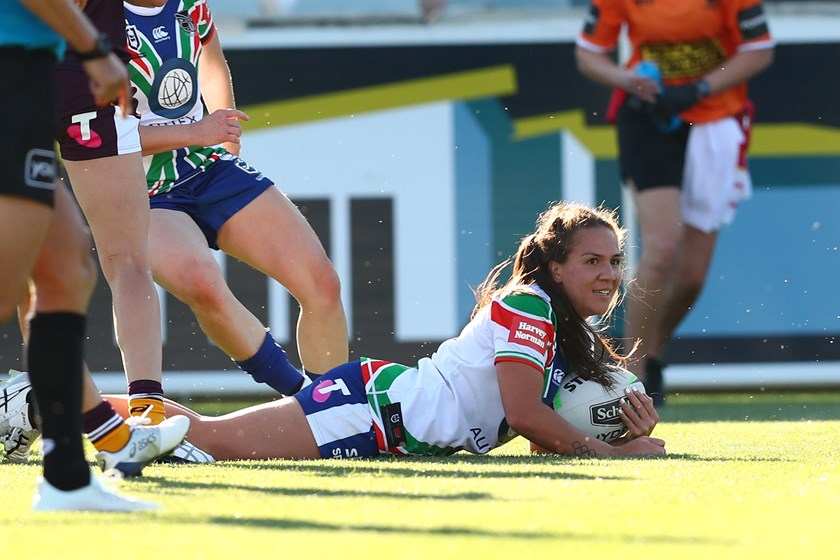 Rugby convert Evania Pelite scores in her NRLW debut for the Warriors.