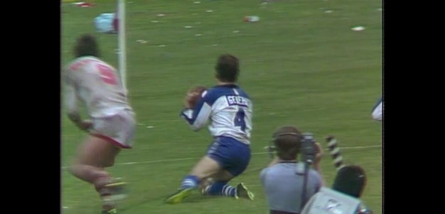 Peter Mortimer scores for the Bulldogs