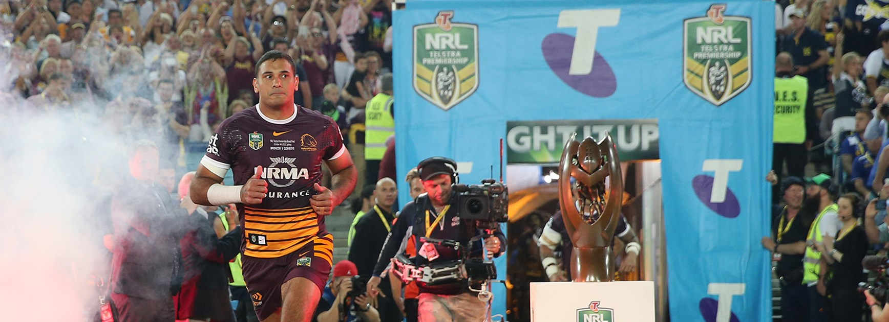 Broncos captain Justin Hodges runs onto the footy field for the final time.