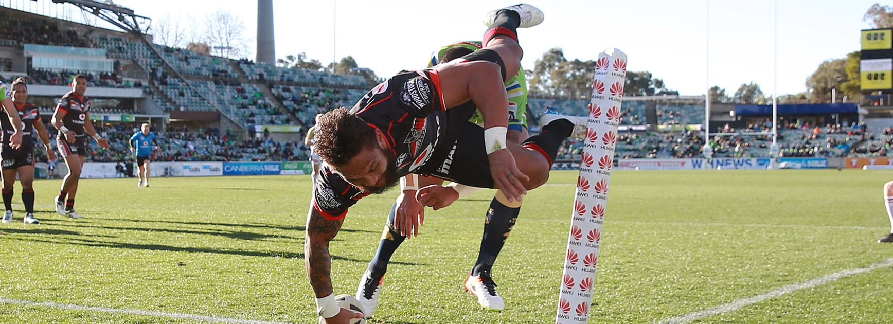 Warriors winger Manu Vatuvei dives over for a spectacular try in Round 20.