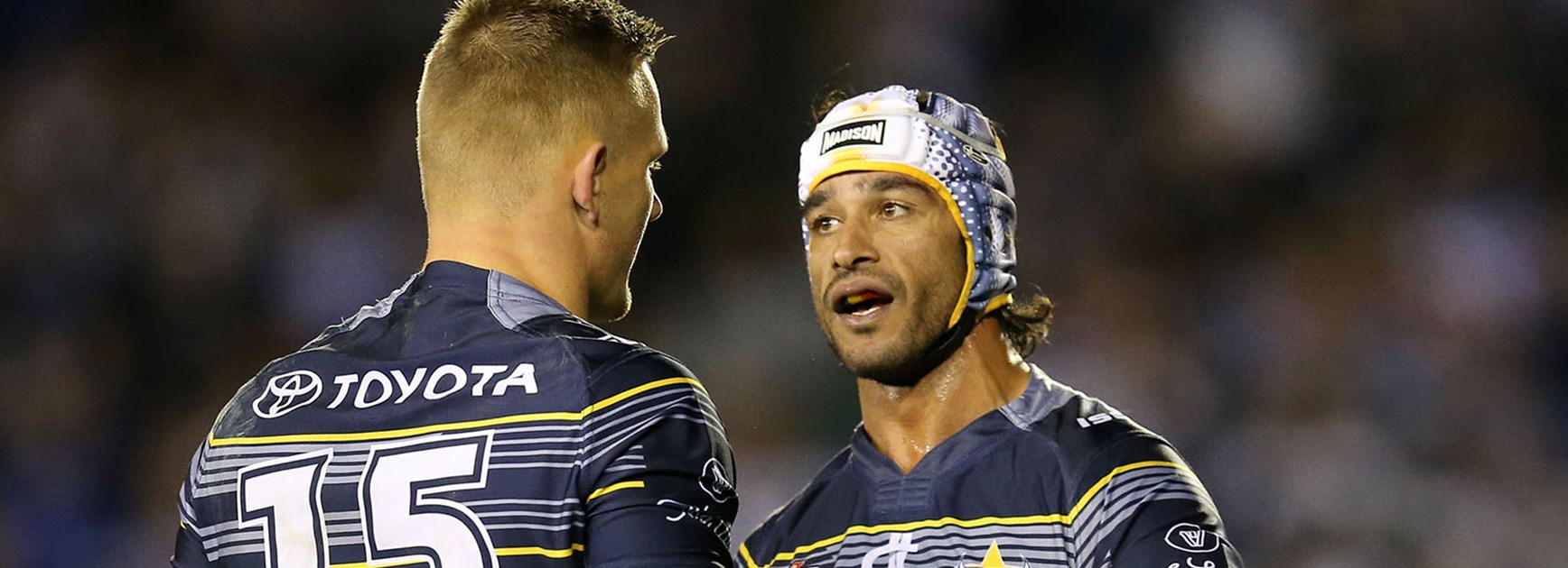 Johnathan Thurston talks to Cohen Hess during the Cowboys clash with the Bulldogs.