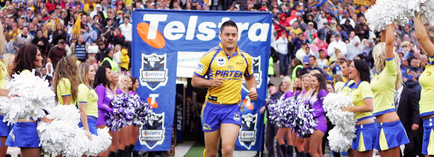 Jarryd Hayne takes the field for the 2009 NRL grand final.