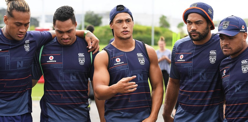 Warriors skipper Roger Tuivasa-Sheck gives teammates a pep talk.