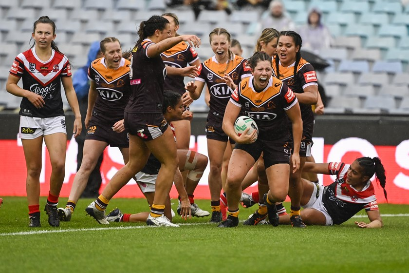 Chelsea Lenarduzzi scores for the Broncos in the NRLW decider.
